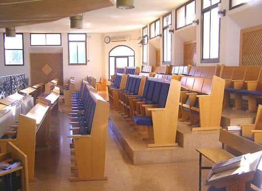עיצוב עזרת נשים בבית הכנסת בעפרה- קשת רהיטי עץ ומתכת