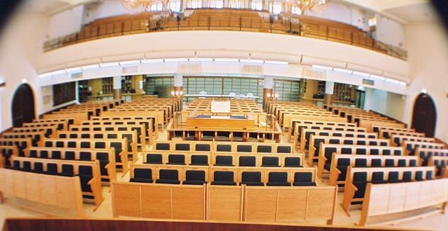 בית הכנסת המרכזי ישרון בירושלים- ריהוט של קשת רהיטי עץ ומתכת