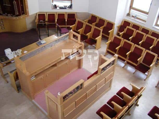 בית כנסת בית יצחק בפסגת זאב- קשת רהיטי עץ ומתכת