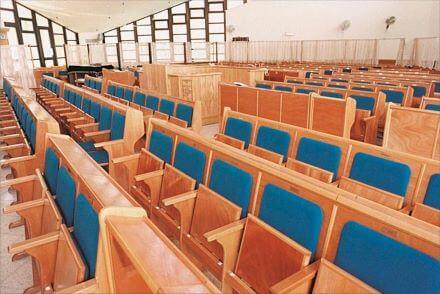 כסאות בית כנסת- קשת רהיטי עץ ומתכת