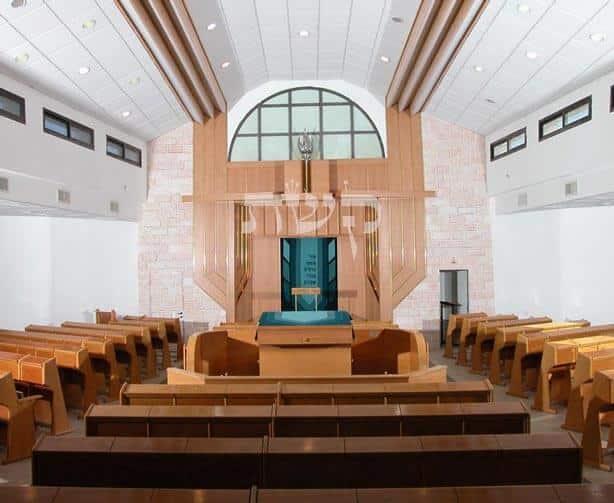 בית הכנסת ביקיר- קשת רהיטי עץ ומתכת