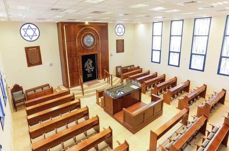 בית הכנסת באירוס- קשת רהיטי עץ ומתכת
