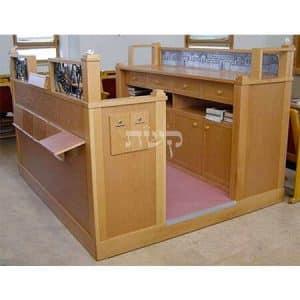 בימה ותיבה בבית הכנסת בית יצחק, פסגת זאב- קשת רהיטי עץ ומתכת