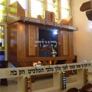 ארון קודש בבית הכנסת בצרפת- קשת רהיטי עץ ומתכת