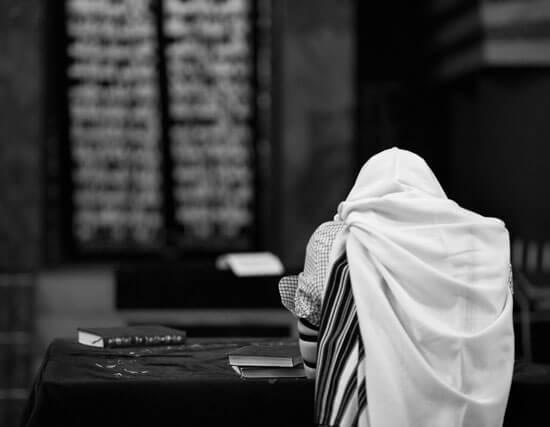 אדם מתפלל בית הכנסת